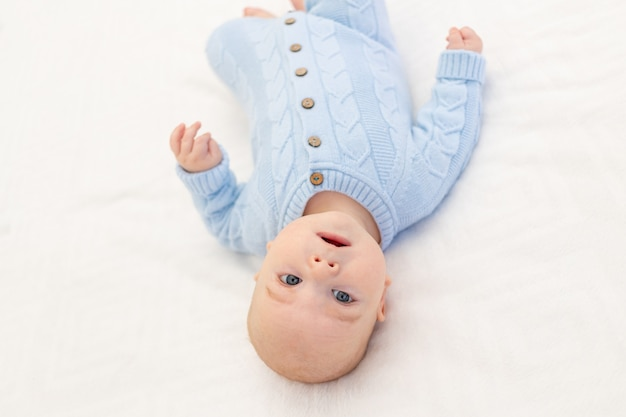 Bébé garçon sur le lit. textiles et literie pour enfants. matin de bébé