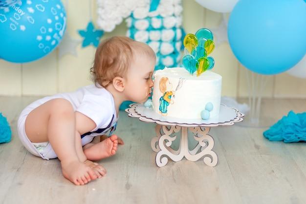 Bébé garçon mangeant son gâteau avec ses mains, bébé de 1 an, enfance heureuse, anniversaire des enfants