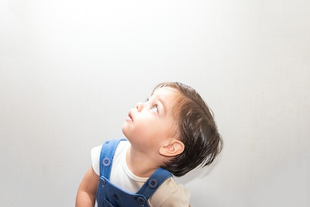 Bébé garçon mignon bébé avec barboteuse bleu sur fond blanc