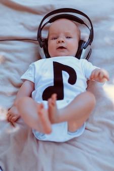 Bébé, grand, écouteurs, mensonge, lit