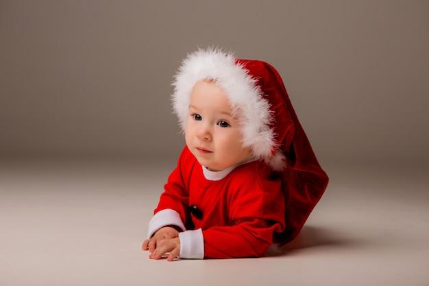 Bébé habillé comme père noël