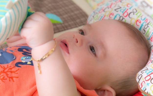 Bébé heureux et joyeux enjoué.