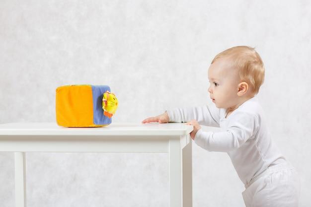 Un bébé de huit mois s'améliore pour élever son corps