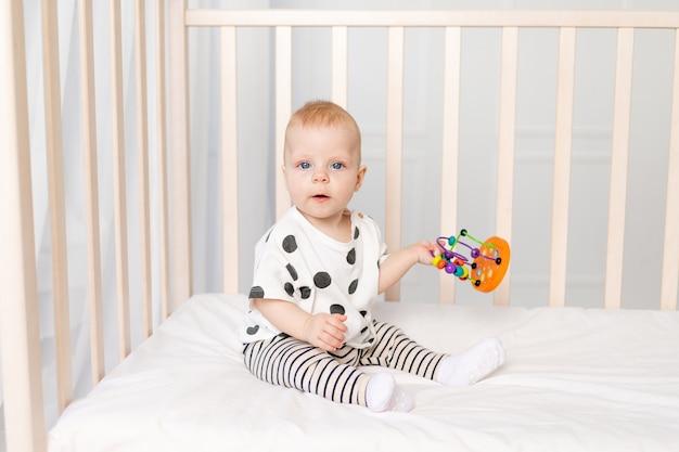 Bébé jouant dans la crèche, développement précoce des enfants jusqu'à un an