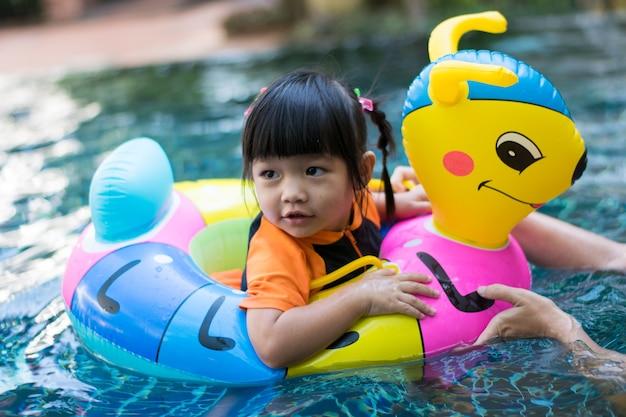 Bébé jouant de l'eau dans la piscine