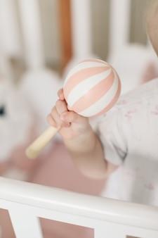 Bébé jouant avec un jouet en bois