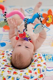 Bébé joue dans un berceau