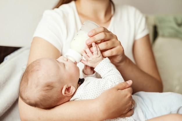 Bébé mange du lait au biberon