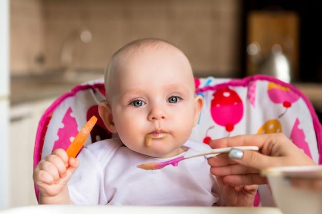 Bébé et mange seul