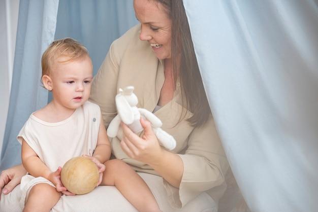 Bébé et mère dans un auvent bleu