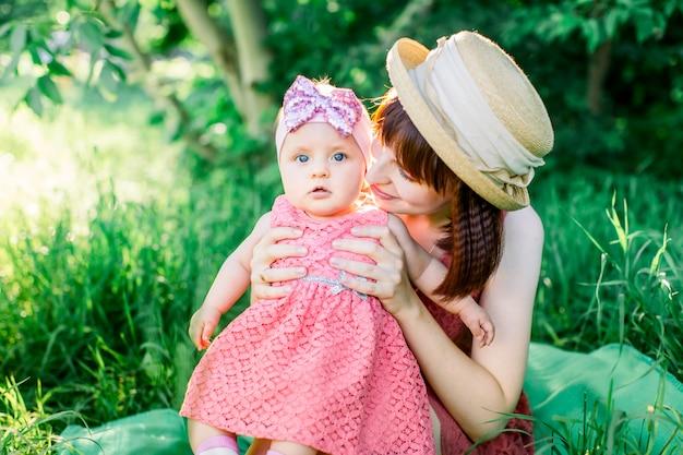 Bébé avec la mère à l'extérieur proche de la nature et amusez-vous