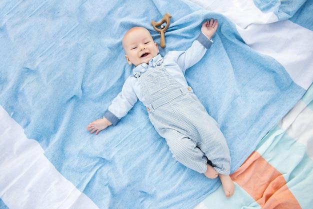 Bébé mignon couché sur fond bleu