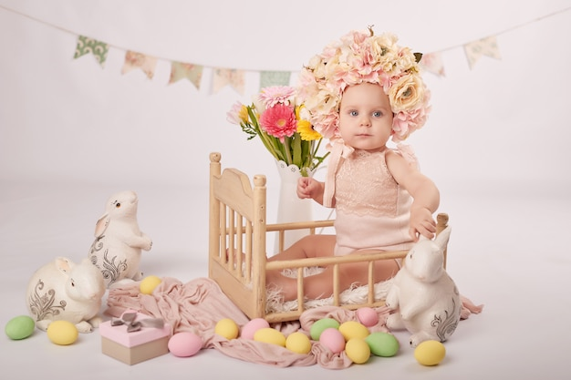 Bébé mignon dans la composition de pâques