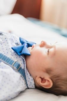 Bébé mignon et élégant portant un noeud papillon
