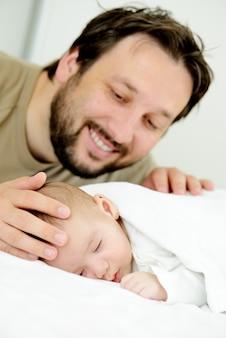 Bébé mignon à la maison avec le père jouant