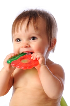 Bébé mignon mordant dans le jouet