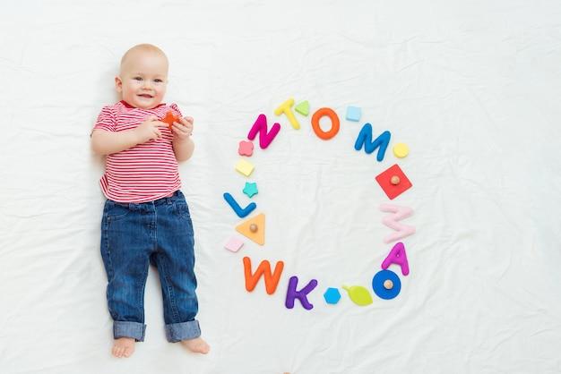Bébé mignon se trouve avec des jouets éducatifs en crèche