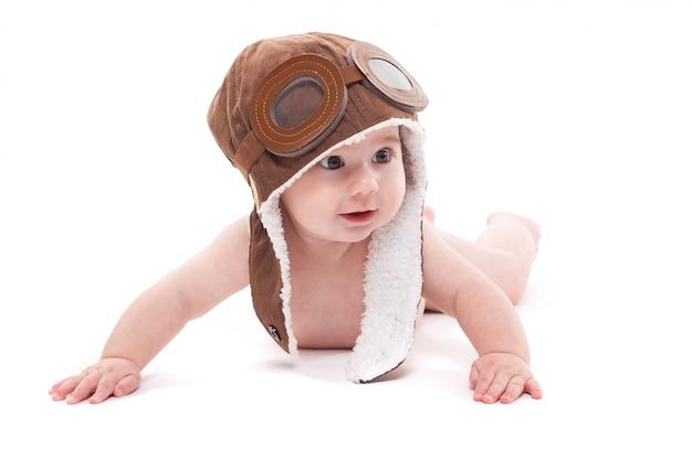 Bébé mignon et souriant dans le bonnet du pilote