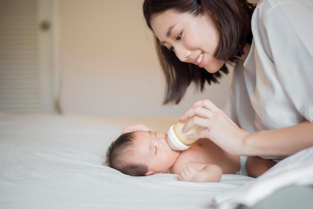 Un bébé nouveau-né boit du lait de sa mère