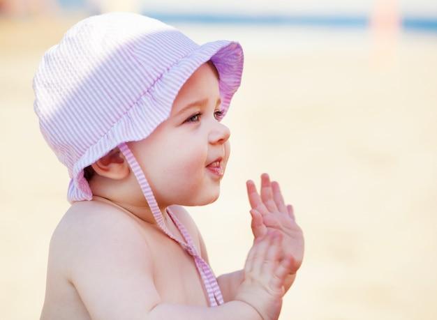 Bébé nouveau-né à la mer