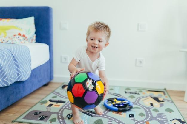 Bébé petit garçon jouant dans sa chambre