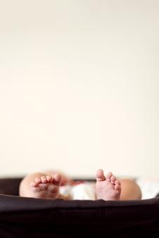 Bébé, pieds, jambes, doigts, mensonge, détente, dormir, concept enfance, espace copie minimum