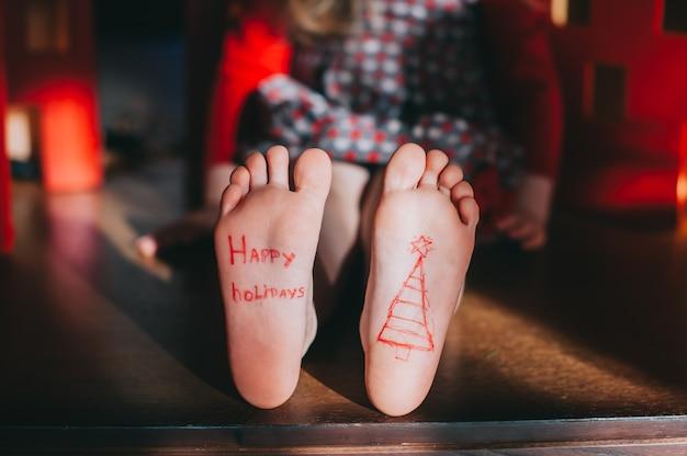 Bébé pieds nus sur le parquet. concept de fête de noël