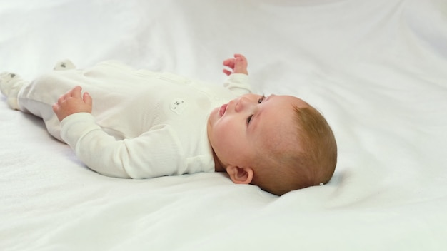 Bébé pleure peu. mise au point sélective enfant