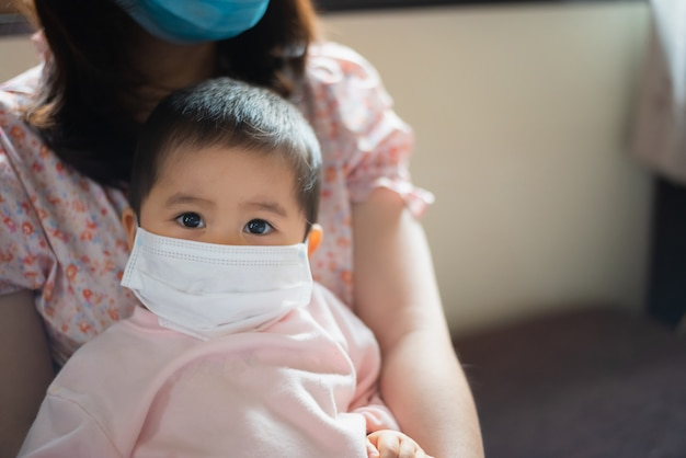 Bébé portant un masque chirurgical reste à la maison.