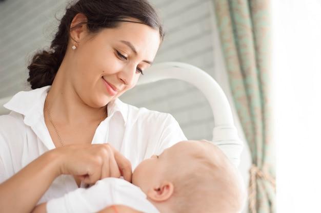 Bébé qui dort sur la poitrine de la mère