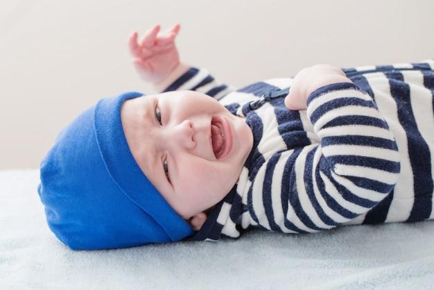 Bébé qui pleure au chapeau bleu