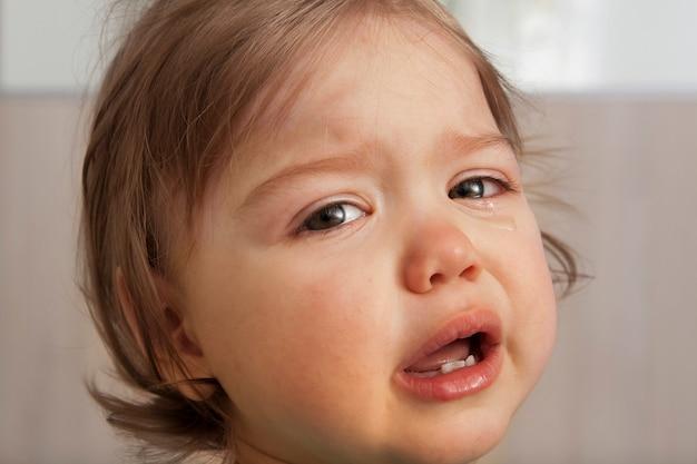 Bébé qui pleure avec des larmes dans les yeux