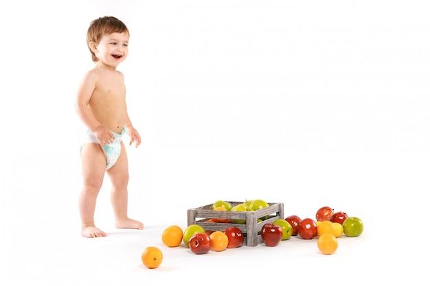 Bébé rit avec des fruits