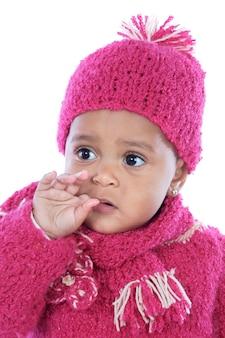 Bébé avec son doigt dans la bouche sur fond blanc