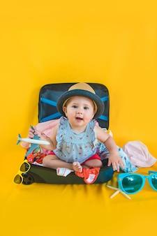 Bébé et valise avec des choses