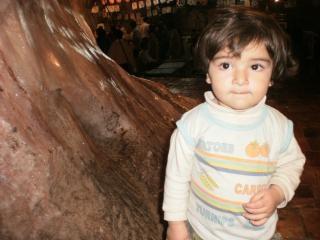 Un bébé de visite des mines de sel khewra