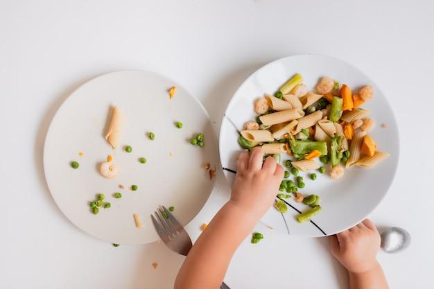 Les bébés autosuffisants à manger seuls sont plus indépendants.