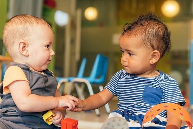 Les bébés jouent ensemble.