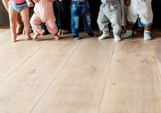 Bébés marchant sur un plancher en bois