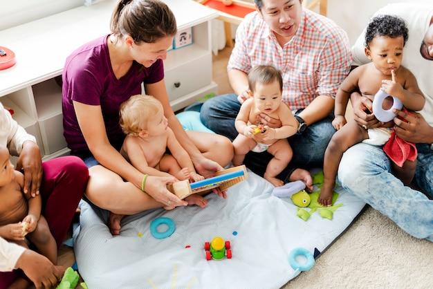 Bébés mignons avec leurs parents