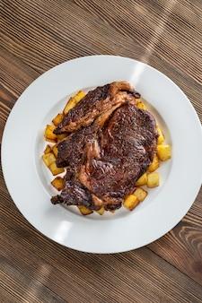 Beefsteak avec vue de dessus de pommes de terre frites