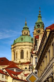 Le beffroi de la ville par l'église saint-nicolas