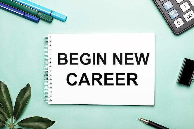Begin new career est écrit sur une feuille blanche sur une surface bleue près de la papeterie et de la feuille scheffler