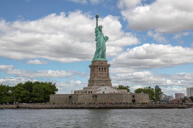 Behide la statue de la liberté est un symbole américain célèbre à new york, états-unis