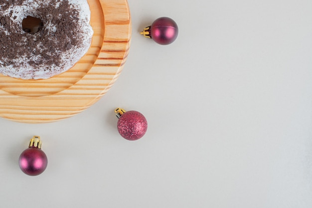 Beignet au chocolat avec des boules de noël.