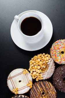 Beignet et café sur le fond noir