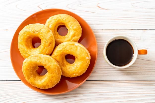 Beignet avec café noir