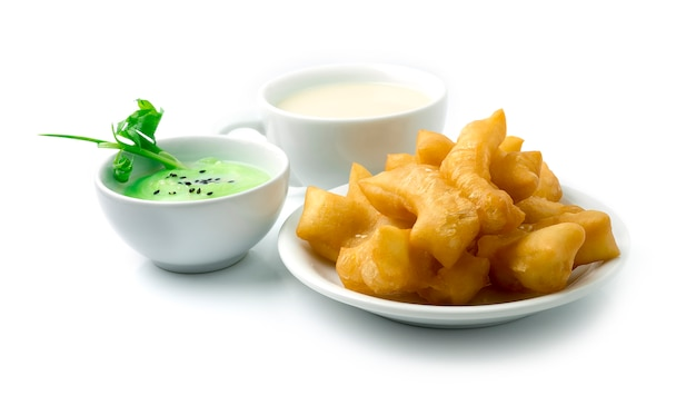 Beignet chinois, youtiao (cruller chinois) servi au lait de soja