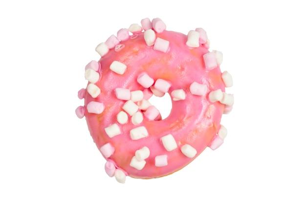 Beignet rose avec guimauve isolé sur blanc.