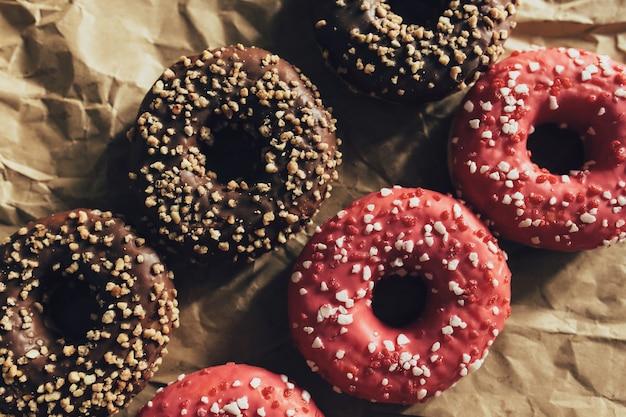 Beignets au chocolat et framboises frais sur papier craft froissé